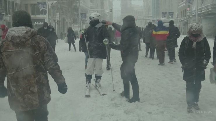 Jeżdżą na nartach, rzucają śnieżkami i lepią bałwany. Niezwykłe obrazki ze stolicy Hiszpanii