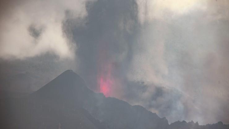 Wybuch wulkanu na La Palmie. Mieszkańcy w maseczkach i goglach ochronnych