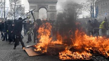 """Podpalone budynki, zniszczone sklepy. We Francji na ulice ponownie wyszły """"żółte kamizelki"""""""