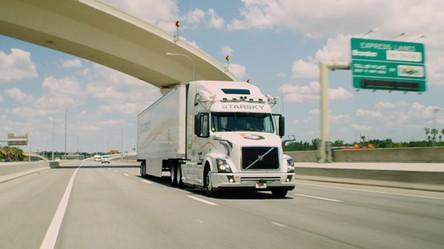 Autonomiczna ciężarówka bez kierowcy na pokładzie pędzi autostradą 90 km/h
