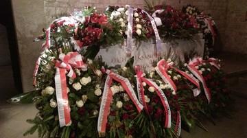 Sarkofag Lecha i Marii Kaczyńskich po pogrzebie tonie w kwiatach