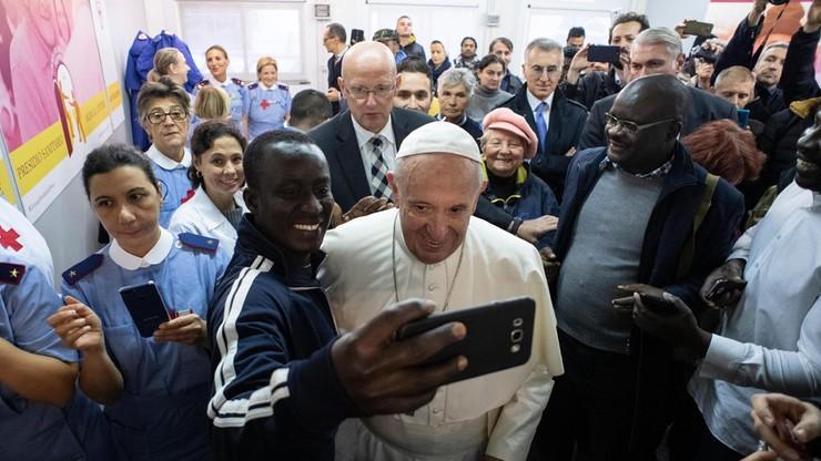 Trzy tysiące bezdomnych zje obiad z papieżem Franciszkiem przy jednym stole