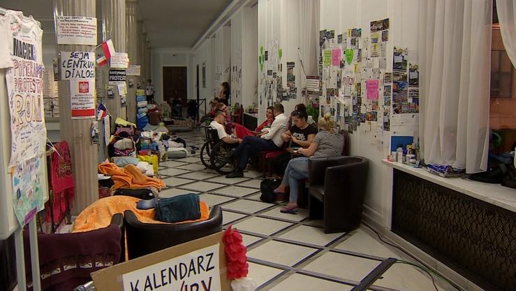 Ograniczony dostęp do łazienki, zakaz korzystania z wind. Utrudnienia dla protestujących w Sejmie
