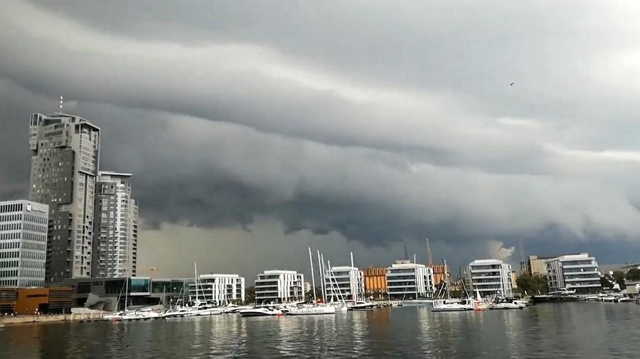 Wał szkwałowy nad Gdynią. Fot. Twitter / brzoza / @brzoza__brzoza.