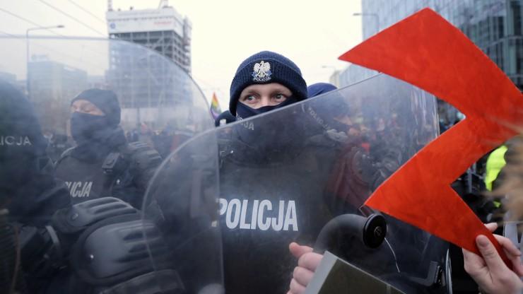 Policja: 56 funkcjonariuszy poszkodowanych podczas protestów