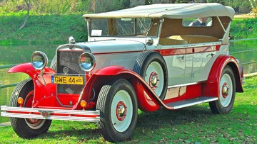 Retro kabriolet polskiej produkcji sprzed wojny zderzył się z golfem. Replika poważnie rozbita