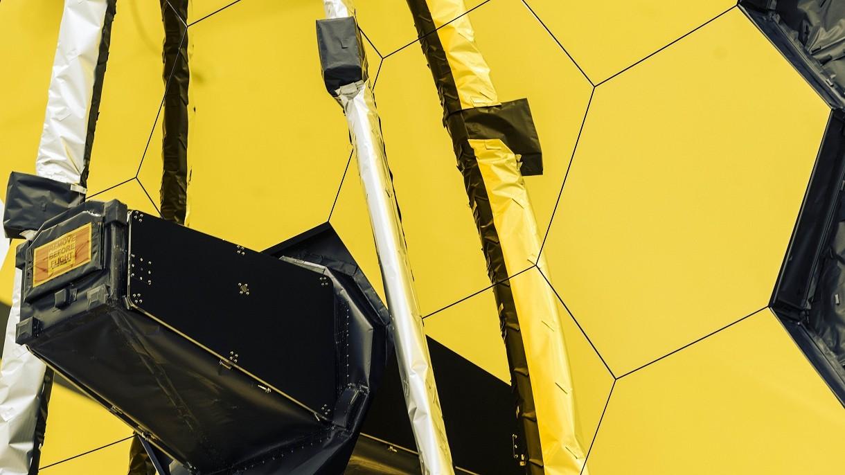 Tak pięknie lśni złote lustro Kosmicznego Teleskopu Jamesa Webba [WIDEO]