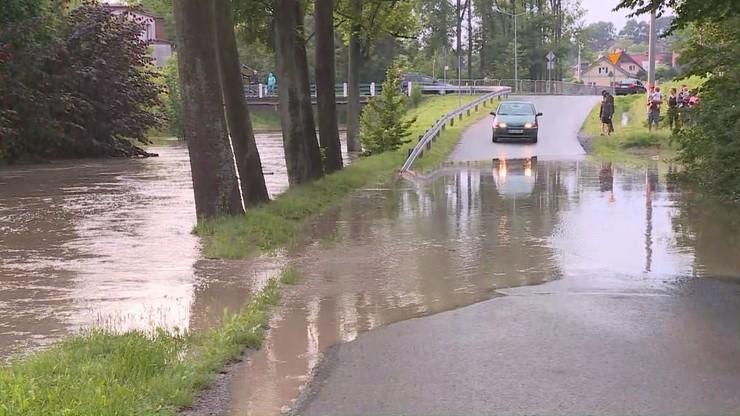 Burze i podtopienia w całej Polsce. Stan alarmowy na rzekach przekroczony