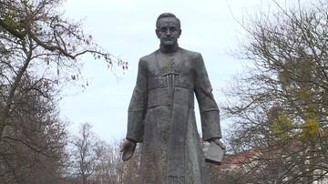 Radni zadecydowali o pozbawieniu ks. Jankowskiego tytułu honorowego obywatela i usunięciu pomnika