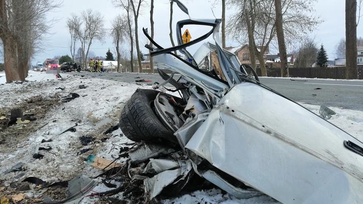 Zniszczenia jak po eksplozji. Auto rozpadło się na części po uderzeniu w drzewo