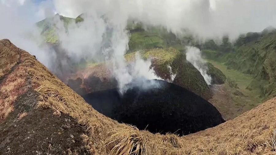 Kopuła lawowa w kraterze wulkanu La Soufrière. Fot. YouTube / uwiseismic.