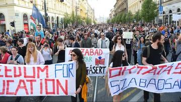 Tysiące Węgrów na ulicach w obronie uczelni Sorosa