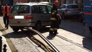Samochód utknął na torowisku, bo wybrzuszona szyna uniosła go do góry