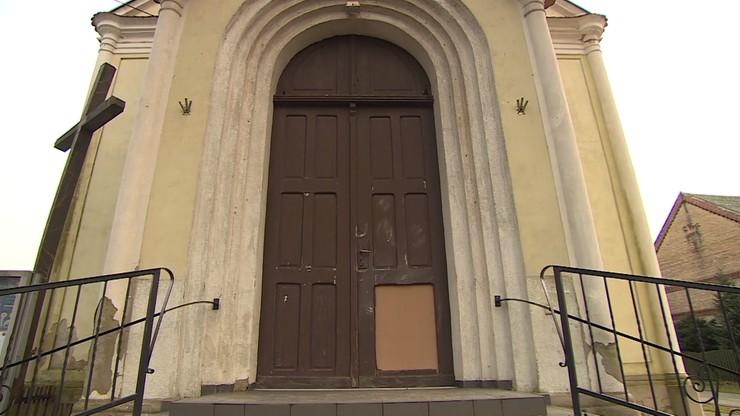 Wandale zniszczyli m.in. drzwi kościoła w Jeninie.