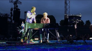 Wszedł na scenę i zagrał ze swoim idolem. Niezwykła historia z koncertu Coldplay