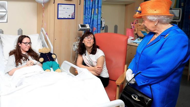 Królowa odwiedziła dzieci ranne w zamachu w Manchesterze