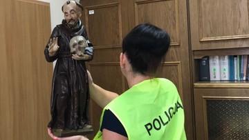 """""""Zawinął w kurtkę figurę św. Franciszka i wyszedł"""". Policja zatrzymała złodzieja sakralnych eksponatów"""
