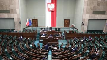 """Lewica działa w """"ograniczonym składzie"""". Kolejnych dwóch polityków zakażonych koronawirusem"""
