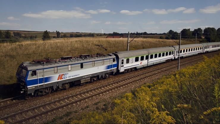 """Kolejowy absurd. Tuż przed końcem trasy pociąg musi """"odstać"""" 83 minuty"""