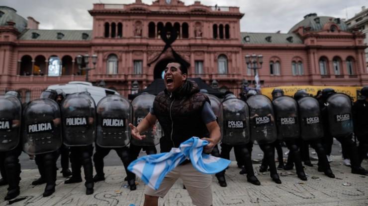 Czuwanie przy trumnie z ciałem Maradony. Starcia kibiców z policją (WIDEO)