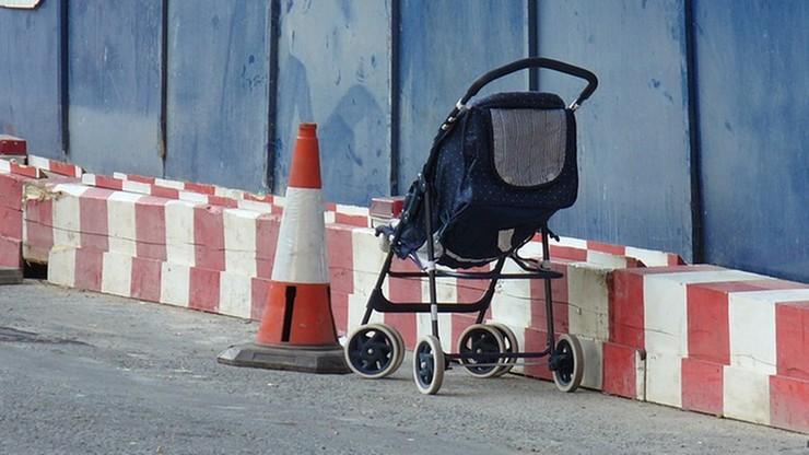 Warszawa. Kompletnie pijani rodzice leżeli na chodniku, obok stał wózek z dzieckiem
