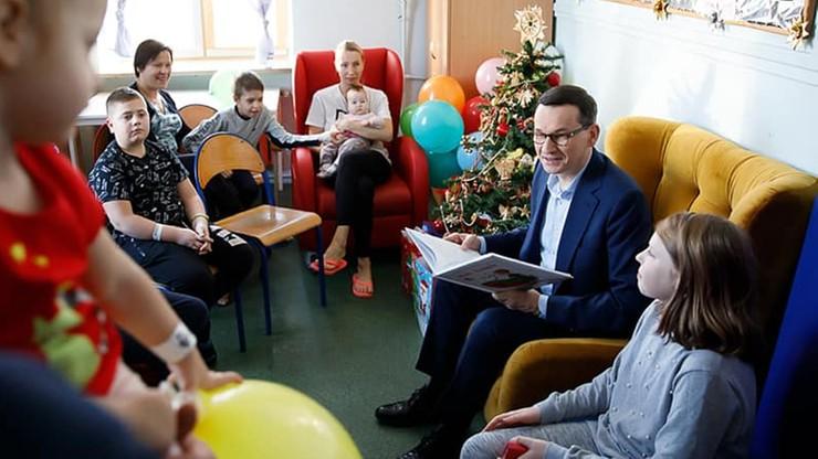 """Premier czytał małym pacjentom """"Akademię Pana Kleksa"""". """"Chyba udało mi się przynieść trochę radości"""""""