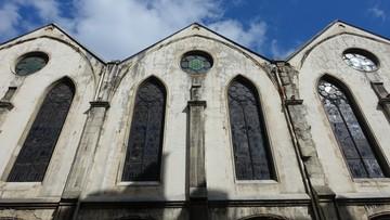 """Tłumy w kościele. Francuscy duchowni zatrzymani za """"celowe narażanie życia"""""""