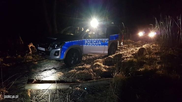 Błądził przez 6 godzin po lesie, ugrzązł w bagnie. 30-latkowi pomogli policjanci