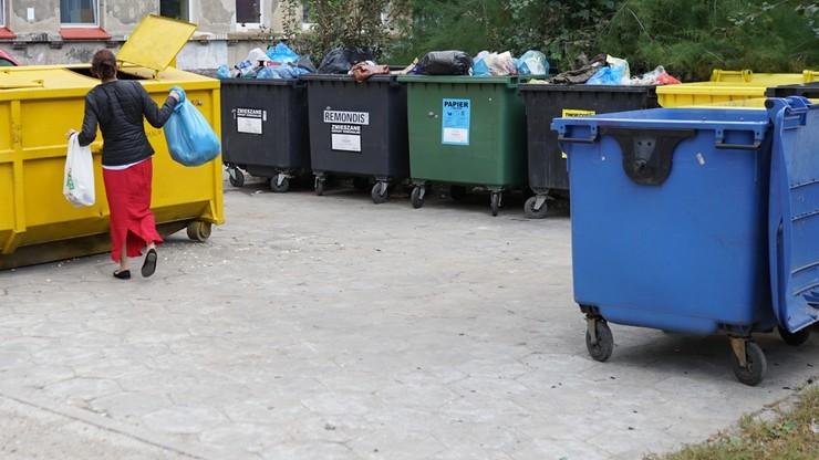 Warszawa. Kilkadziesiąt spółdzielni i wspólnot krytykuje nowy sposób naliczania opłat za śmieci