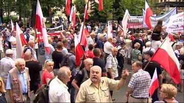 """Manifestacja przed Trybunałem Konstytucyjnym. """"Tu jest Polska, nie Bruksela!"""""""