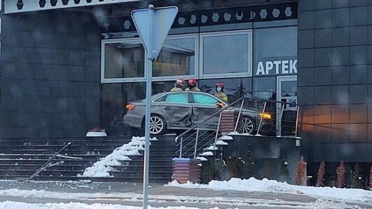 Auto zatrzymało się na drzwiach centrum handlowego. Wypadek w Płocku