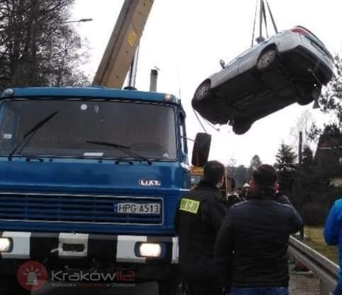 Radiowóz został wyciągnięty z rzeki przez dźwig Komendy Wojewódzkiej Policji w Krakowie i odwieziony do bazy na lawecie Wydziału Transportu tej komendy.