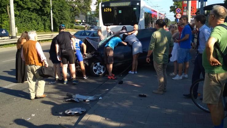 Zderzenie miejskiego autobusu i samochodu w Gdyni. Nie żyje jedna osoba