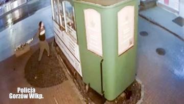 Włamał się do zabytkowego tramwaju. Rzucił w policjantów terminalem płatniczym