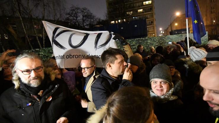 """Polonijna organizacja ostrzega przed """"terrorystycznym"""" KOD-em. """"Deklarują użycie broni palnej"""""""