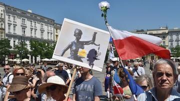 """""""Trybunał nie stoi już na straży praw"""". Manifestacja KOD przeciw wyrokowi TK ws. wyboru członków KRS"""