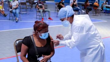 Rośnie liczba zgonów w Wielkiej Brytanii; w USA zarekomendują trzecią dawkę szczepionki