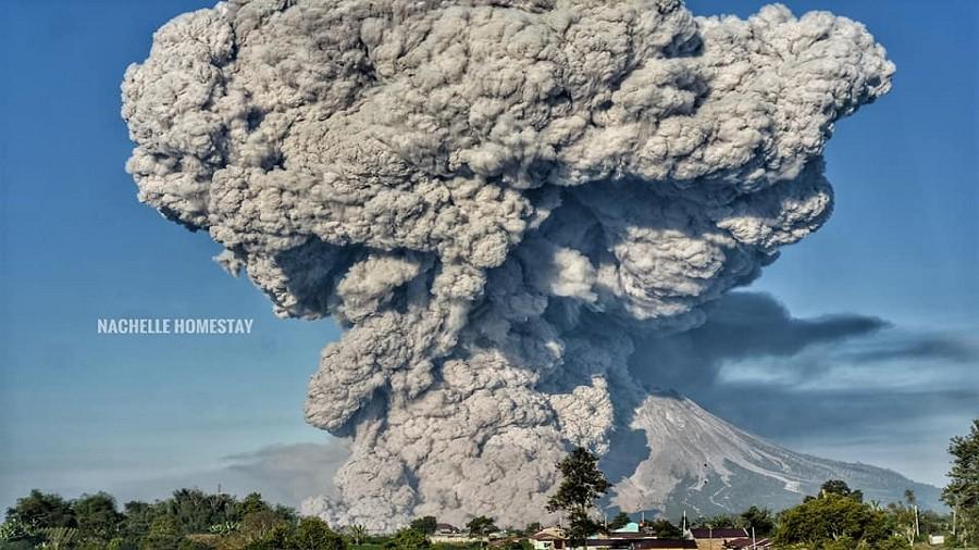Erupcja wulkanu Sinabung na Sumatrze w Indonezji. Fot. Facebook / Nachelle Homestay Tour & Travel.