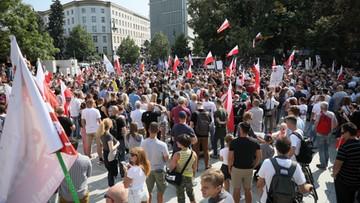 """""""Zakończyć plandemię! Dość kłamstw!"""". Protest w Warszawie"""