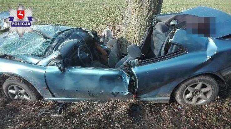 Kierowca zjechał z drogi i uderzył w drzewo. Nie żyje 18-letnia dziewczyna