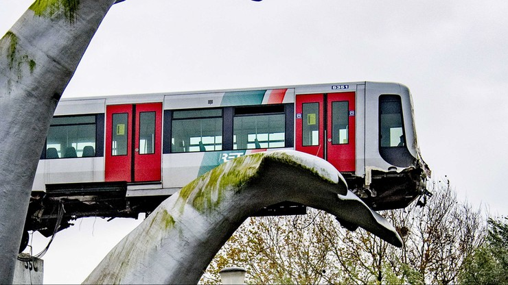 Holandia. Pociąg metra przebił barierę i zawisł nad wodą [ZDJĘCIA]