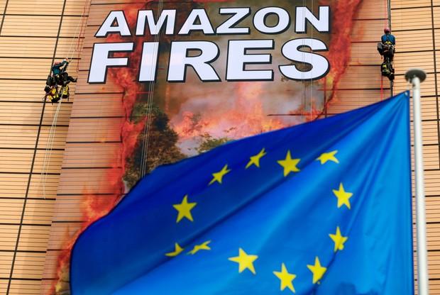 Na 14-piętrową siedzibę Komisji Europejskiej w Brukseli wspięło się pięcioro aktywistów i aktywistek Greenpeace