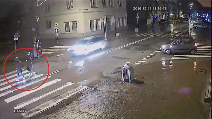Groźny wypadek w Pruszkowie. Dwie nastolatki potrącone na pasach