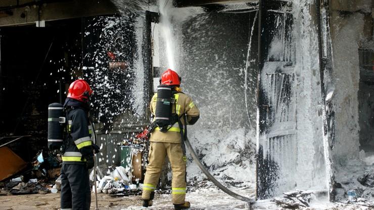 Pożar magazynu przy szpitalu klinicznym w Białymstoku. Poparzony pracownik