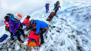 Akcja goprowców na Babiej Górze. Ewakuacja turysty z urazem kolana [WIDEO]