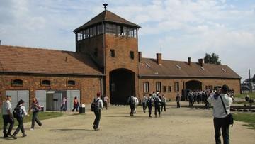 Wyskrobał swoje imię na cegle w baraku byłego niemieckiego obozu koncentracyjnego. Rok więzienia w zawieszeniu