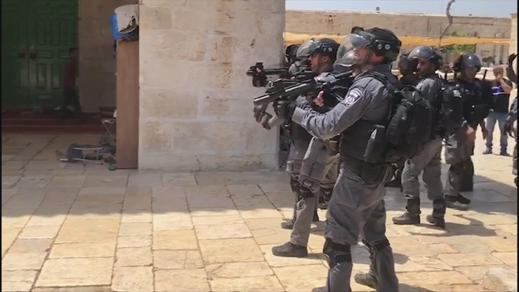 Zamieszki w Jerozolimie po śmierci Palestyńczyka. 20-latek rzucał w policjantów fajerwerkami