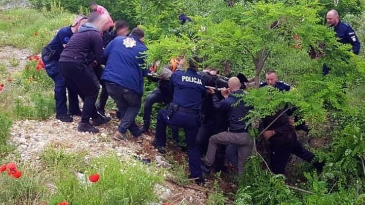Kosowo. Polscy policjanci uratowali zaginionego motocyklistę. Sparaliżowany leżał w wąwozie