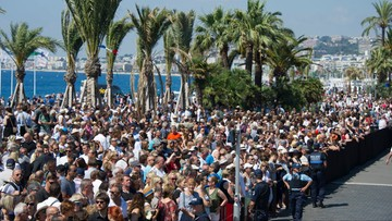 Francja: minuta ciszy dla ofiar, okrzyki przeciwko premierowi i prezydentowi