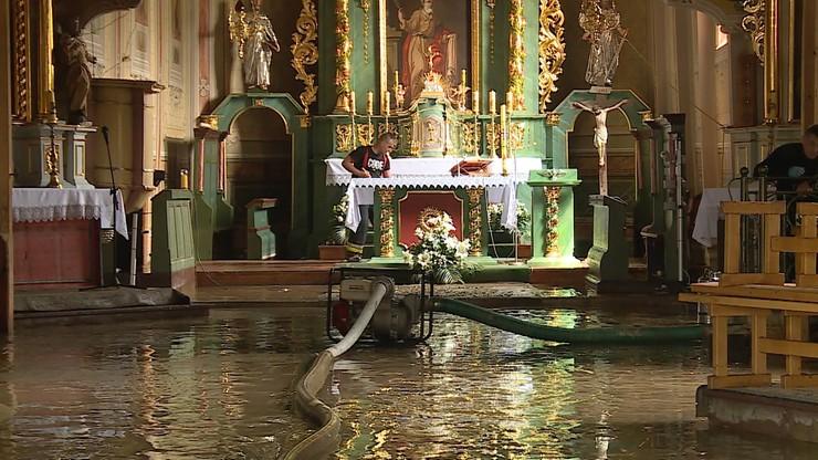 Woda zniszczyła 500-letni kościół. Łapanów walczy z żywiołem